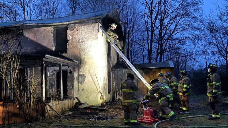 Middlebury crews battle early morning fire
